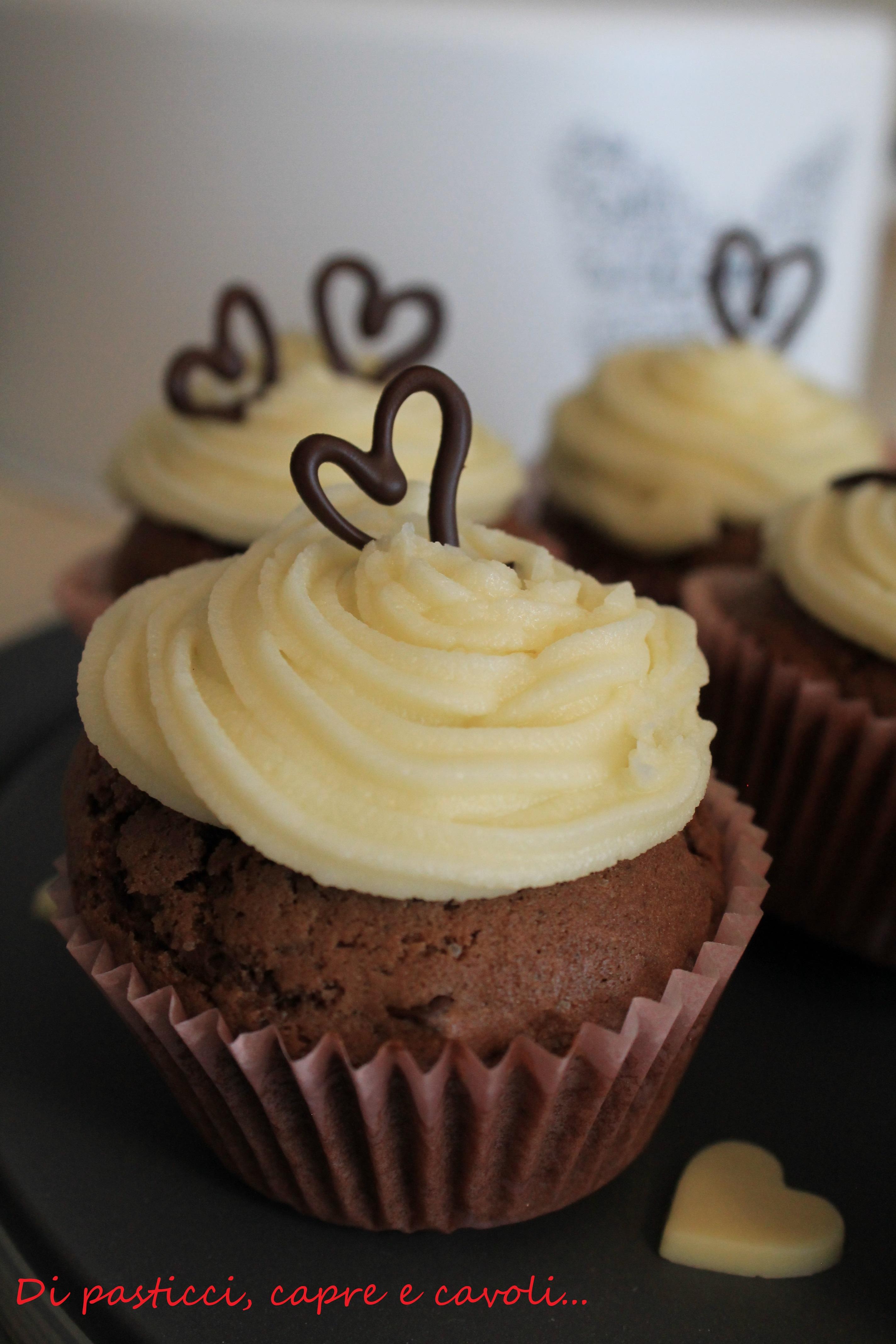Muffin al Cacao con Gocce di Cioccolato e Frosting alla Vaniglia